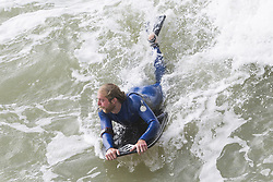 August 19, 2017 - Brighton, East Sussex, United Kingdom - Brighton, UK. Surfers take advantage of the powerful waves to take to the water in Brighton and Hove. (Credit Image: © Hugo Michiels/London News Pictures via ZUMA Wire)