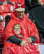 Et par danske fans i ly for regnen før EM Kvalifikationskampen mellem Danmark og Gibraltar den 15. november 2019 i Telia Parken (Foto: Claus Birch).