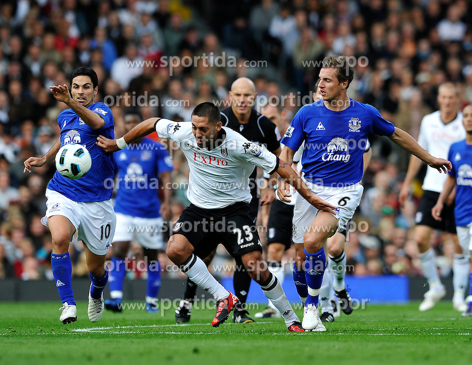 25.09.2010, Graven Cottage, London, ENG, PL, Fulham vs Everton, im Bild Clint Dempsey of Fulham gets in between Mikel Arteta and Phil Jagielka of Everton, EXPA Pictures © 2010, PhotoCredit: EXPA/ IPS/ Sean Ryan *** ATTENTION *** UK AND FRANCE OUT! / SPORTIDA PHOTO AGENCY