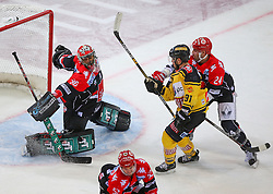 04.01.2017, Albert Schultz Halle, Wien, AUT, EBEL, UPC Vienna Capitals vs HC TWK Innsbruck Die Haie, 39. Runde, im Bild Andy Chiodo (HC TWK Innsbruck Die Haie), Taylor Vause (UPC Vienna Capitals) und Florian Pedevilla (HC TWK Innsbruck Die Haie) // during the Erste Bank Icehockey League 39th Round match between UPC Vienna Capitals and HC TWK Innsbruck Die Haie at the Albert Schultz Ice Arena, Vienna, Austria on 2017/01/04. EXPA Pictures © 2017, PhotoCredit: EXPA/ Thomas Haumer