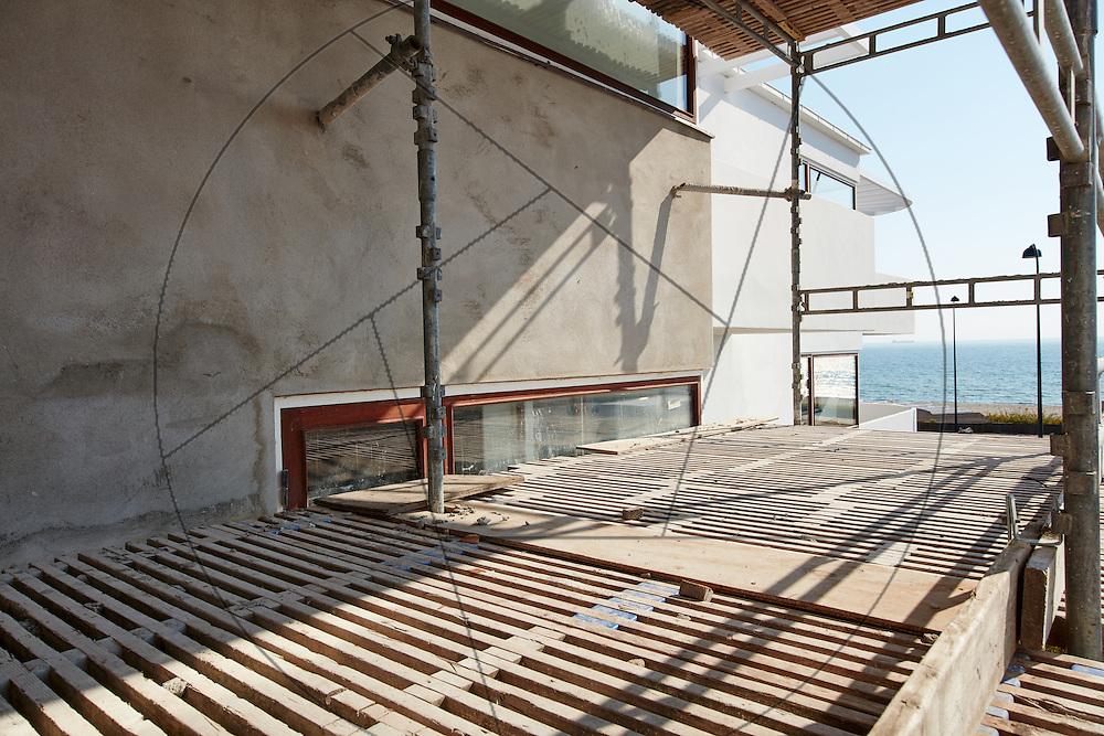 Bella Vista, lejlighedskompleks, tegnet af Arne Jacobsen, under facaderenovering, oppudsning af mur, stilladsarbejde