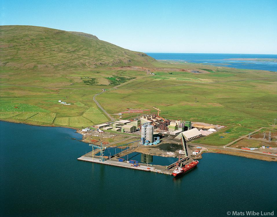 Íslenska Járnblendifélagið og Norðurál, Grundartangi, horft í suðvestur til Akrafjall/ Icelandic Alloy and Nordic Aluminium at Grundartangi, view southwest to Akrafjall.