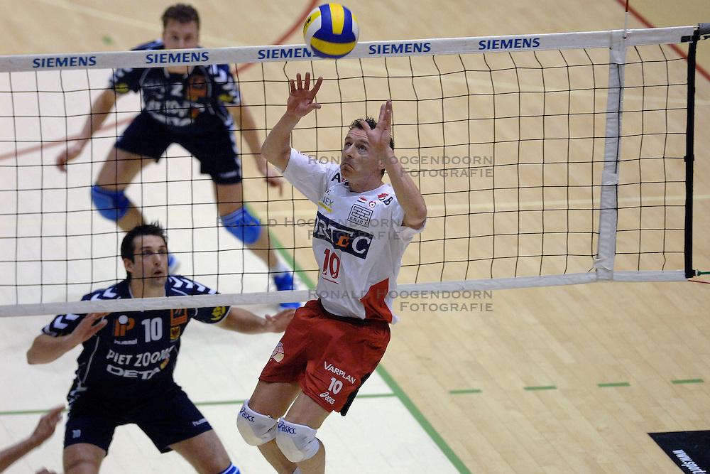 21-04-2007 VOLLEYBAL: ORTEC NESSELANDE - PIET ZOOMERS D: ROTTERDAM <br /> De volleyballers van Ortec.Nesselande hebben de spanning weer teruggebracht in de strijd om het landskampioenschap.  In Rotterdam won Nesselande met 3-1 (27-25 20-25 25-20 25-23) van PietZoomers Dynamo / Dirk Jan van Gendt<br /> &copy;2007-WWW.FOTOHOOGENDOORN.NL