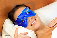 Junge Frau mit einer blauen Gelmaske..Young woman with a blue gel mask..adult, alone, beautiful, beauty, bright, care, caucasian, cosmetics, energy, enjoy, eye, face, farm, female, fresh, gel, girl, happy, head, health, healthy, human, leisure, lifestyle, mask, massage, medicine, nature, pampering, people, portrait, pretty, purity, recreation, refresh, relax, relaxation, skin, smile, spa, studio, therapy, treatment, wellbeing, wellness, woman, young, youth (Modellfreigabe)