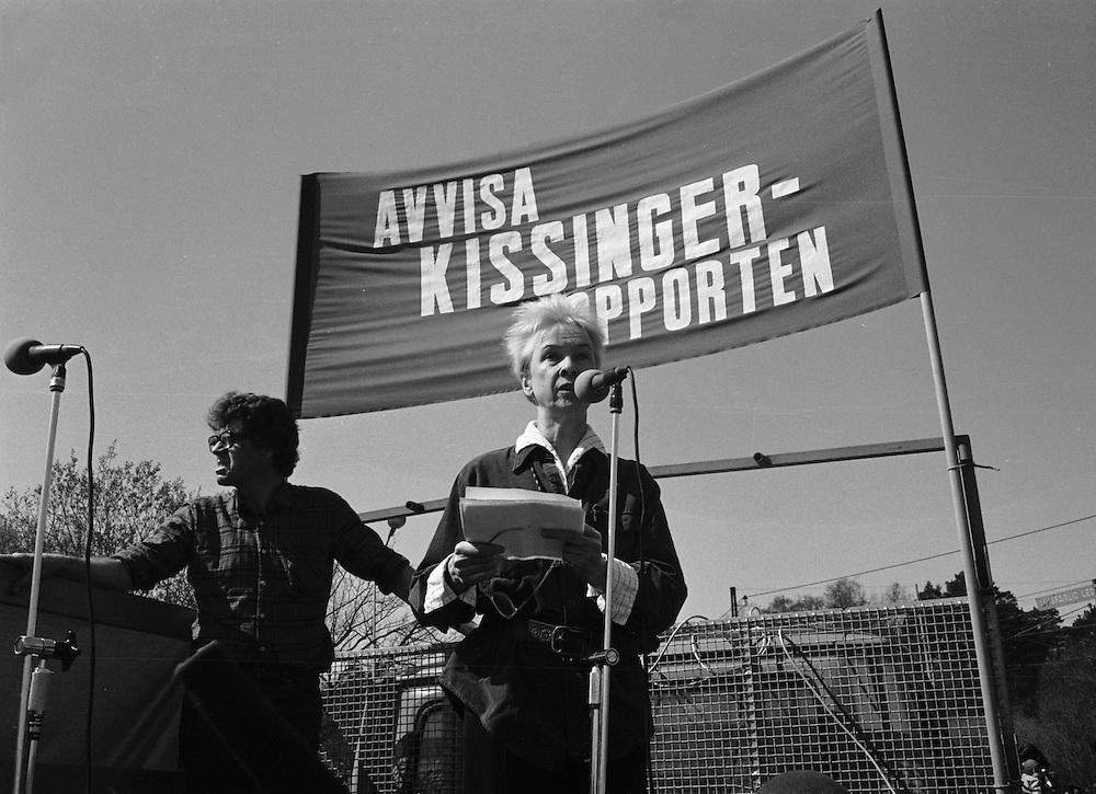 Sara Lidman talar vid demonstration mot Henry Kissinger i Saltsjöbaden 1983.