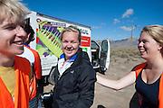De VeloX V kwalificeert zich voor de race. Het Human Power Team Delft en Amsterdam (HPT), dat bestaat uit studenten van de TU Delft en de VU Amsterdam, is in Amerika om te proberen het record snelfietsen te verbreken. Momenteel zijn zij recordhouder, in 2013 reed Sebastiaan Bowier 133,78 km/h in de VeloX3. In Battle Mountain (Nevada) wordt ieder jaar de World Human Powered Speed Challenge gehouden. Tijdens deze wedstrijd wordt geprobeerd zo hard mogelijk te fietsen op pure menskracht. Ze halen snelheden tot 133 km/h. De deelnemers bestaan zowel uit teams van universiteiten als uit hobbyisten. Met de gestroomlijnde fietsen willen ze laten zien wat mogelijk is met menskracht. De speciale ligfietsen kunnen gezien worden als de Formule 1 van het fietsen. De kennis die wordt opgedaan wordt ook gebruikt om duurzaam vervoer verder te ontwikkelen.<br /> <br /> The VeloX V qualifies for the race. The Human Power Team Delft and Amsterdam, a team by students of the TU Delft and the VU Amsterdam, is in America to set a new  world record speed cycling. I 2013 the team broke the record, Sebastiaan Bowier rode 133,78 km/h (83,13 mph) with the VeloX3. In Battle Mountain (Nevada) each year the World Human Powered Speed Challenge is held. During this race they try to ride on pure manpower as hard as possible. Speeds up to 133 km/h are reached. The participants consist of both teams from universities and from hobbyists. With the sleek bikes they want to show what is possible with human power. The special recumbent bicycles can be seen as the Formula 1 of the bicycle. The knowledge gained is also used to develop sustainable transport.