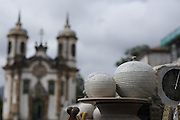 Ouro Preto_MG, Brasil.<br /> <br /> Feira de artesanato do Largo do Coimbra, ao fundo  igreja de Sao Francisco de Assis em Ouro Preto, Minas Gerais.<br /> <br /> Largo do Coimbra craft fair, in the background the church Sao Francisco de Assis in Ouro Preto, Minas Gerais.<br /> <br /> Foto: LEO DRUMOND / NITRO