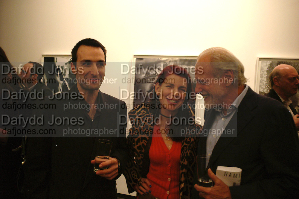 Stephane Graff, Natalie Hambro and Baron Diego von Buch. 'Invisible Ink' exhibition of work by Stephane Graff . Hamiltons. Carlos Place. London. 15 March 2006. ONE TIME USE ONLY - DO NOT ARCHIVE  © Copyright Photograph by Dafydd Jones 66 Stockwell Park Rd. London SW9 0DA Tel 020 7733 0108 www.dafjones.com