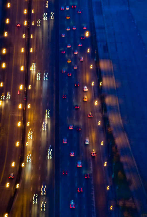 Traffic on North Lakeshore drive, one of Chicago's busiest roads leading into the city along Lake Michigan.<br /> <br /> <br /> Green Chicago..Photographer: Chris Maluszynski /MOMENT