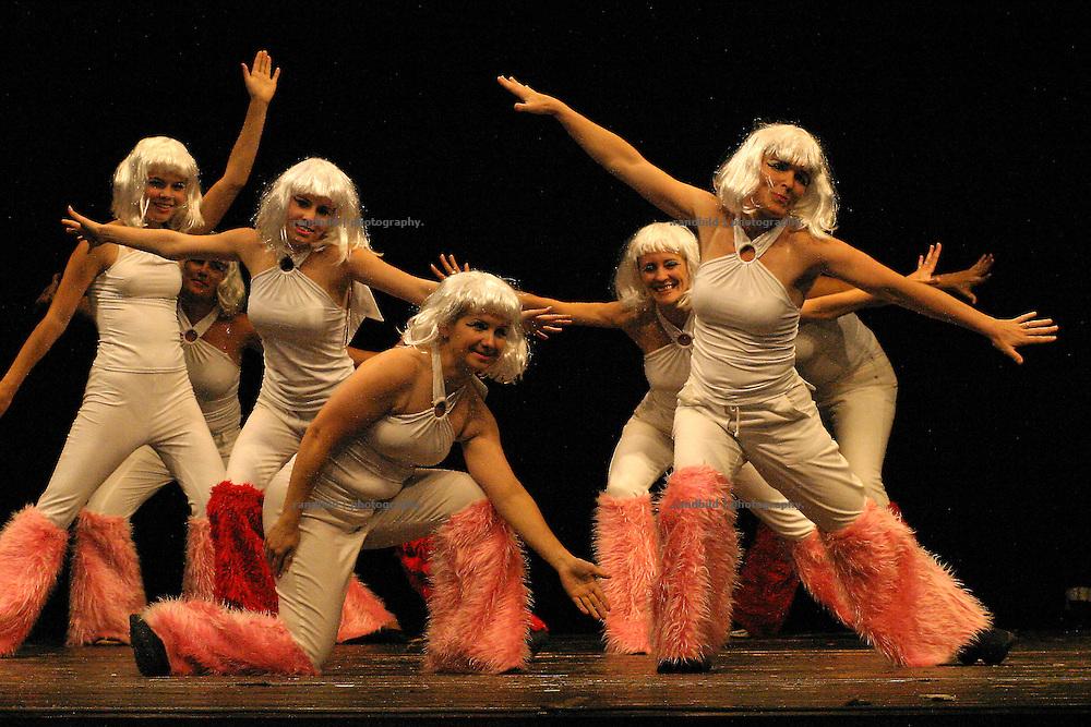 Tänzerinnen des Balance Studios aus Lüchow während der Eröffnung der Wellvita in Hitzacker