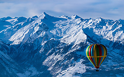 05.02.2018, Zell am See - Kaprun, AUT, BalloonAlps, im Bild ein Heissluftballon in der Luft mit dem Kitzsteinhorn Gletscher // a hot-air balloon in the air with the Kitzsteinhorn Glacier during the International Balloonalps Alps Crossing Event, Zell am See Kaprun, Austria on 2018/02/05. EXPA Pictures © 2018, PhotoCredit: EXPA/ JFK
