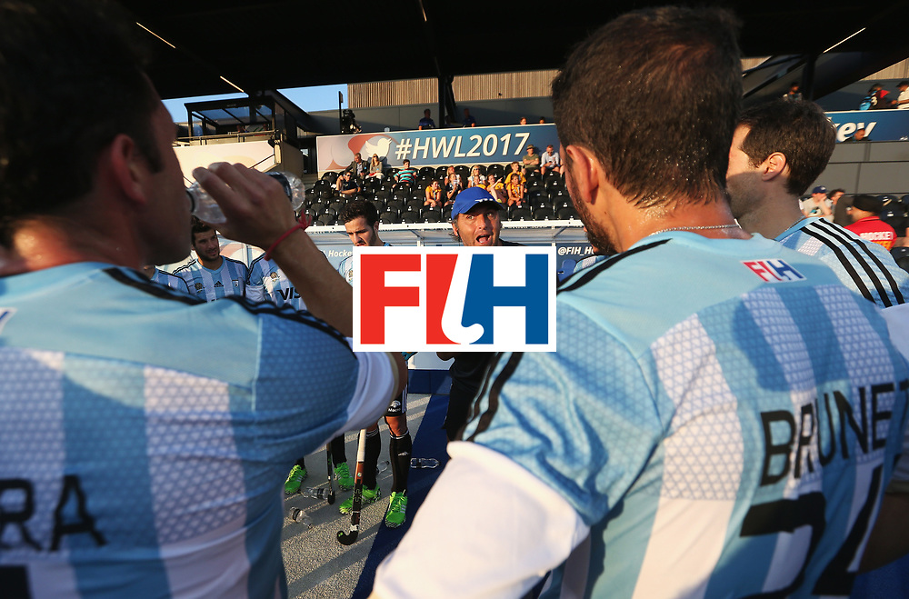 LONDON, ENGLAND - JUNE 16:  Argentina coach Carlos Retegui talks to his players during the Pool A match between Argentina and Malaysia on day two of Hero Hockey at Lee Valley Hockey and Tennis Centre on June 16, 2017 in London, England.  (Photo by Alex Morton/Getty Images)