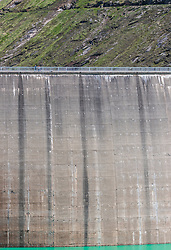 THEMENBILD - Touristen spazieren auf der Mooserboden Staumauer, aufgenommen am 15. Juni 2017, Kaprun, Österreich // Tourists walk on the Mooserboden dam on 2017/06/15, Kaprun, Austria. EXPA Pictures © 2017, PhotoCredit: EXPA/ JFK