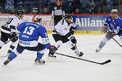 12.09.2014, Helios Arena, Villingen-Schwenningen, GER, DEL, Schwenninger Wild Wings - Thomas Sabo Ice Tigers, 1. Runde, im Bild v. l. Morten Green (Schwenninger Wild Wings), Evan Kaufmann (Thomas Sabo Ice Tigers), Ryan Ramsay (Schwenninger Wild Wings) // during germans DEL Icehockey League 1st round match between Schwenninger Wild Wings - Thomas Sabo Ice Tigers Helios Arena in Villingen-Schwenningen, Germany on 2014/09/12. EXPA Pictures © 2014, PhotoCredit: EXPA/ Eibner-Pressefoto/ Ziegenruecker<br /> <br /> *****ATTENTION - OUT of GER*****
