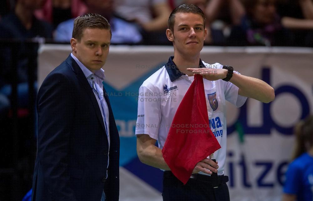 17-04-2016 NED: Play off finale Abiant Lycurgus - Seesing Personeel Orion, Groningen<br /> Abiant Lycurgus is door het oog van de naald gekropen tijdens het eerste finaleduel om het landskampioenschap. De Groningers keken in een volgepakt MartiniPlaza tegen een 0-2 achterstand aan tegen Seesing Personeel Orion, maar mede dankzij invaller Gino Naarden kwam Lycurgus langszij en pakte het de wedstrijd met 3-2 / Coach Arjan Taaij, lijnrechter vlag