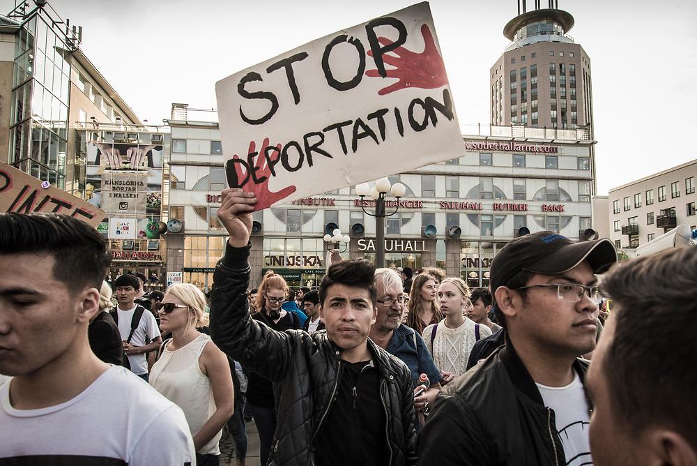 Undomar demonstrerar och sittstrejkear mot utvisningar till Afghanistan