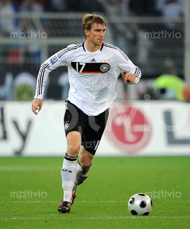 FUSSBALL   INTERNATIONAL   WM-QUALIFIKATION 2010 Deutschland - Russland                               11.10.2008 Per MERTESACKER (Deutschland) Einzelaktion am Ball