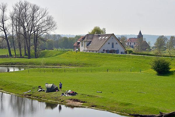 Nederland, Ooijpolder, 3-5-2013De Ooijpolder is mogelijk een van de drie overloopgebieden voor het geval van een te hoge waterstand van de Rijn. Het water zal dan vier meter hoog komen te staan. Het dorp Ooij zelf zal met een extra dijk beschermd worden. Ooij is onderdeel van de gemeente Beek Ubbergen. Landschap in de lente. Een visser aan de oever van een waterplas.Foto: Flip Franssen/Hollandse Hoogte