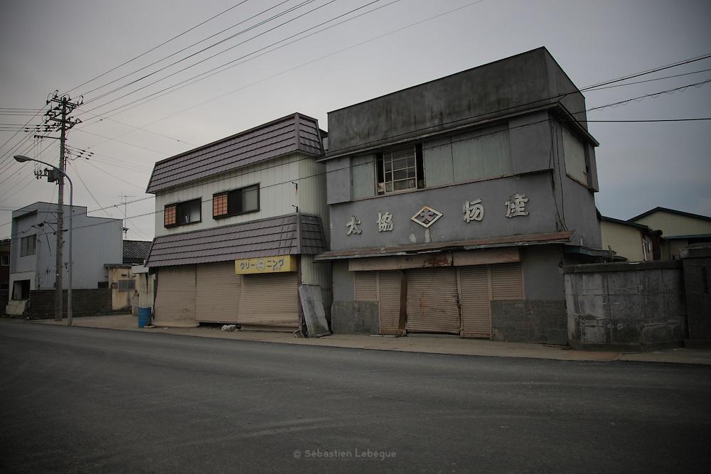 La plupart des boutiques de la ville sont fermées. les rez de chaussés ont été dévastés, et lors que les devanture sont encore présentes, elles sont fortement marquées par la vague. Seulement le centreville retrouve un semblant d'activité.