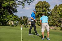 Margraten  - Rijk van Margraten.  golfles op de puttinggreen met PGA professional Luchie Deuring.  COPYRIGHT KOEN SUYK