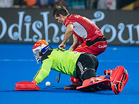 BHUBANESWAR, INDIA -  Felix Denayer (Belgie) met keeper Pirmin Blaak (Ned) bij de shoot-outs,   tijdens de  finale tussen België en Nederland bij het WK Hockey heren in het Kalinga Stadion. Belgie wint de wereldtitel. COPYRIGHT KOEN SUYK