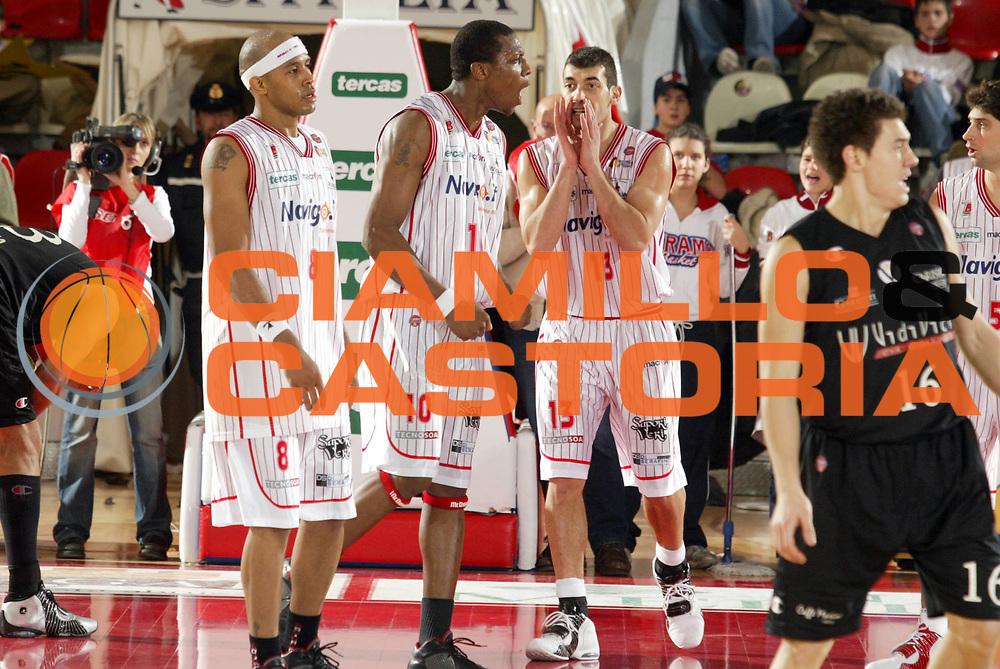 DESCRIZIONE : Teramo Lega A1 2005-06 Navigo.it Teramo Vidi Vici Virtus Bologna<br />GIOCATORE : Team Navigo.it Teramo<br />SQUADRA : Navigo.it Teramo<br />EVENTO : Campionato Lega A1 2005-2006<br />GARA : Navigo.it Teramo Vidi Vici Virtus Bologna<br />DATA : 12/02/2006<br />CATEGORIA : Esultanza<br />SPORT : Pallacanestro<br />AUTORE : Agenzia Ciamillo-Castoria/G.Ciamillo