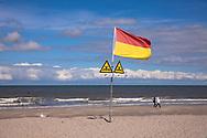 flag and signs warn swimmers of groynes in the water, the beach in Domburg on the peninsula Walcheren, Zeeland, Netherlands.<br /> <br /> Flagge und Schilder warnt Schwimmer vor Buhnen im Wasser, Strand von Domburg auf Walcheren, Zeeland, Niederlande.
