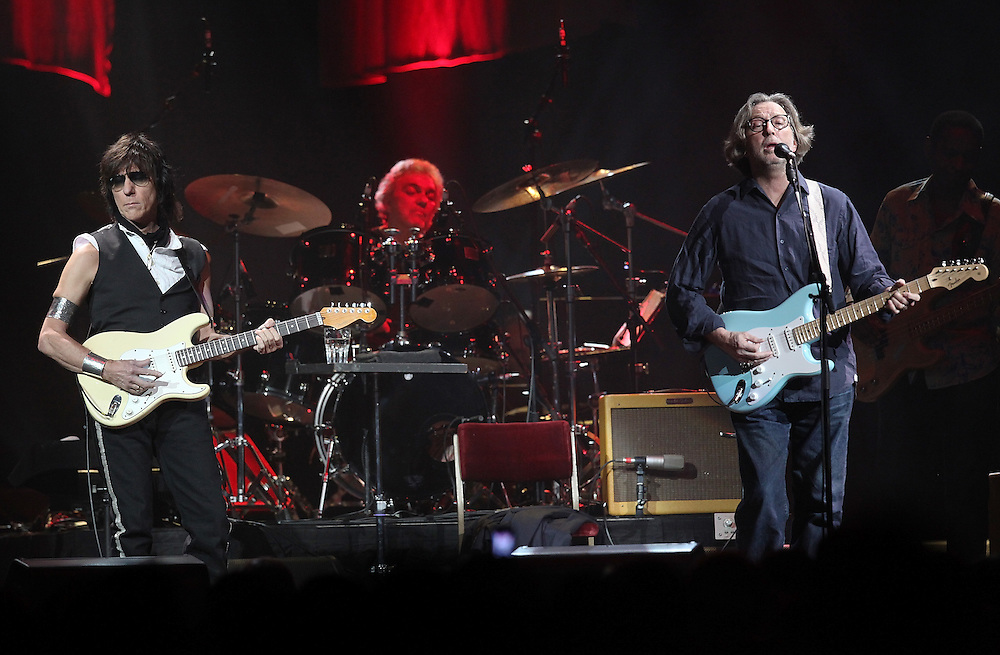 NEW YORK - FEBRUARY 18:  (L-R) Jeff Beck and Eric Clapton perform onstage at Madison Square Garden on February 18, 2010 in New York City.  (Photo by Roger Kisby/Getty Images)