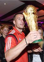 FUSSBALL WM 2014                       FINALE   Deutschland 1-0 Argentinien     13.07.2014 DFB-WM Party nach dem Finale im Hotel Sheraton Rio de Janeiro: Lukas Podolski mit WM Pokal