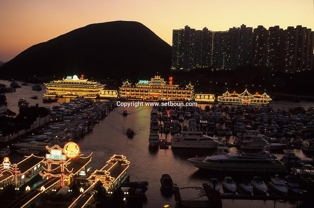 Hong Kong. Jumbo restaurant, junks, shipyards, Ap lei Chau island,   Aberdeen    /  Jumbo restaurant ; jonques,Óle Ap lei chau , chantier naval,  Aberdeen      /  L940327c   /  R94/57
