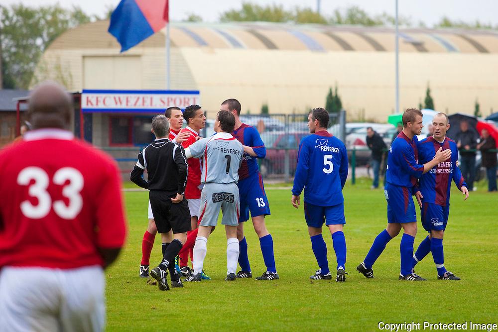 366200-Voetbal FC Wezel Sport tegen Alberta-duel tussen 11 Akherraz Lahoucine (Alberta) en 16 Lodewijks Glenn (Wezel)-rode kaart voor nummer 11 voor natrappen-Moresnetlaan Mol