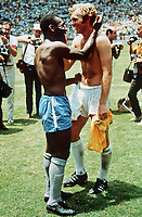 Fotball<br /> Foto: Colorsport/Digitalsport<br /> NORWAY ONLY<br /> <br /> PELE (BRAZIL) & BOBBY MOORE (ENGLAND). BRAZIL v ENGLAND, WORLD CUP 1970, MEXICO.