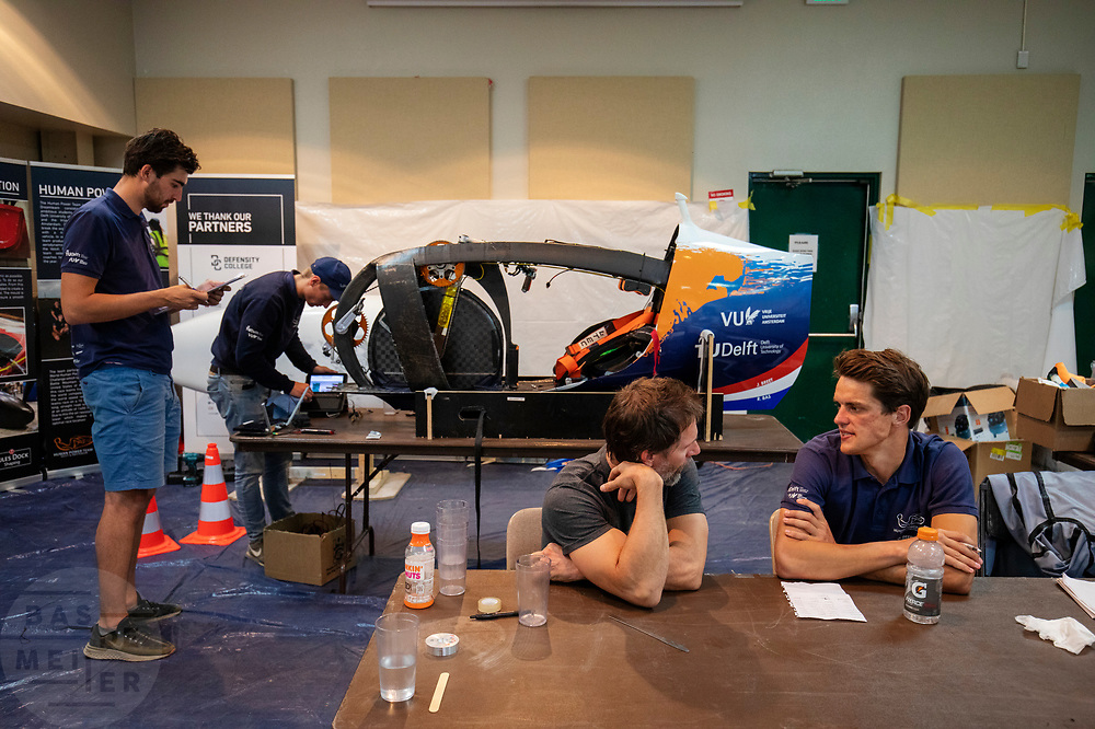 Het team overlegt over de strategie met Todd Reichert nadat ze de vijfde racedag het wereldrecord zijn kwijtgeraakt. Het Human Power Team Delft en Amsterdam, dat bestaat uit studenten van de TU Delft en de VU Amsterdam, is in Amerika om tijdens de World Human Powered Speed Challenge in Nevada een poging te doen het wereldrecord snelfietsen voor vrouwen te verbreken met de VeloX 9, een gestroomlijnde ligfiets. Op 10 september 2019 verbreekt het team met Rosa Bas het record met 122,12 km/u. De Canadees Todd Reichert is de snelste man met 144,17 km/h sinds 2016.<br /> <br /> With the VeloX 9, a special recumbent bike, the Human Power Team Delft and Amsterdam, consisting of students of the TU Delft and the VU Amsterdam, wants to set a new woman's world record cycling in September at the World Human Powered Speed Challenge in Nevada. On 10 September 2019 the team with Rosa Bas a new world record with 122,12 km/u.  The fastest man is Todd Reichert with 144,17 km/h.