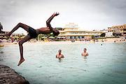 Lampedusa, Sicilia, ott 2013. Lampedusa Island, Sicily, Italy, oct 2013. Ragazzi migranti somali e siriani in una spiaggia. young migrants Syrians and Somalis at a beach