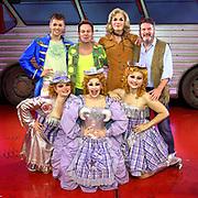 De cast van van de musical Priscilla, Queen of the Desert met hoofdrolspeler Jason Donovan  tijdens de première in Carré.<br /> <br /> Musical's cast of Priscilla, Queen of the Desert with lead actor Jason Donovan at the premiere in Carré.