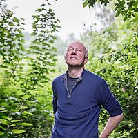Nederland, Driemond, 3 juni 2016.<br />Gedragsbioloog en schrijver Maarten &rsquo;t Hart in zijn tuin in warmond.<br /><br /><br /><br />Foto: Jean-Pierre Jans
