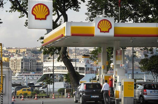 Turkije, Istanbul, 4-6-2011Straatbeeld. Verkeer langs de oever van de Bosporus. Een tankstation van Shell in de stad.Foto: Flip Franssen