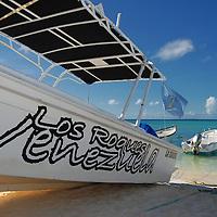 Parque Nacional Archipielago Los Roques, es un hermoso archipiélago de pequeñas islas coralinas que se encuentra ubicado en el Mar Caribe y ocupa 221.120 hectáreas. Peñero para trasnportar turista en el archipielago.