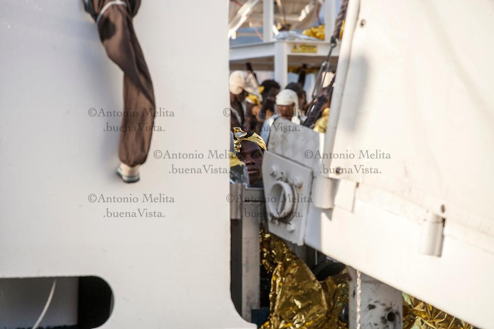 """Porto di Palermo: 1096 persone sono sbarcate a bordo della nave della Guardia costiera """"Diciotti""""."""
