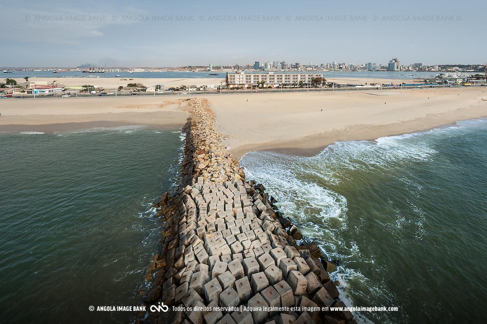Vista aérea da cidade Luanda, capital de Angola. Ilha de Luanda e a baia com a cidade baixa ao fundo