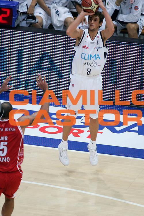 DESCRIZIONE : Bologna Lega A1 2005-06 Climamio Fortitudo Bologna Armani Jeans Milano <br /> GIOCATORE : Belinelli <br /> SQUADRA : Climamio Fortitudo Bologna <br /> EVENTO : Campionato Lega A1 2005-2006 <br /> GARA : Climamio Fortitudo Bologna Armani Jeans Milano <br /> DATA : 20/11/2005 <br /> CATEGORIA : Tiro <br /> SPORT : Pallacanestro <br /> AUTORE : Agenzia Ciamillo-Castoria/G.Ciamillo