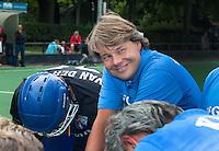 BLOEMENDAAL - De nieuwe direkteur van de KNHB (Koninklijke Nederlandse Hockeybond), Erik Gerritsen in aktie. Oud internationals Eby Kessing, Ronald Brouwer en Nick Meijer, spelers van Bloemendaal, namen afscheid met een afscheidsdrieluik. COPYRIGHT KOEN SUYK