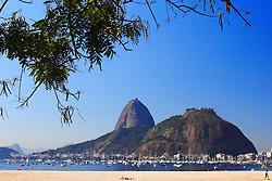 Dividindo a importância simbólica e turística com o Corcovado, são inquestionáveis a beleza e localização do conjunto Morro da Urca e Pão de Açúcar. O Morro da Urca é alcançado através do primeiro trecho do teleférico que sai da Praia Vermelha, percorrendo uma distância de 575 metros até a altura de 220 metros acima do nível do mar, de onde se tem uma belíssima vista de Botafogo e da baía de Guanabara. Dentre as atrações do Morro da Urca, destacam-se o heliponto, o restaurante panorâmico e o anfiteatro. Já o penhasco monolítico chamado Pão de Açúcar é terminal da viagem de 750 metros, alcançando uma altura de 396 metros. Do alto de seu mirante o visitante tem uma paisagem ímpar da baía, do Rio, de Niterói, das praias, lagoas e de algumas edificações históricas importantes como o Forte de Santa Cruz e a Ilha Fiscal.  FOTO: Jefferson Bernardes/Preview.com