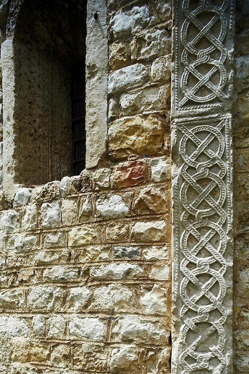 Tenno (TN) -  Chiesa di San Lorenzo: particolare dei plutei dell'abside.