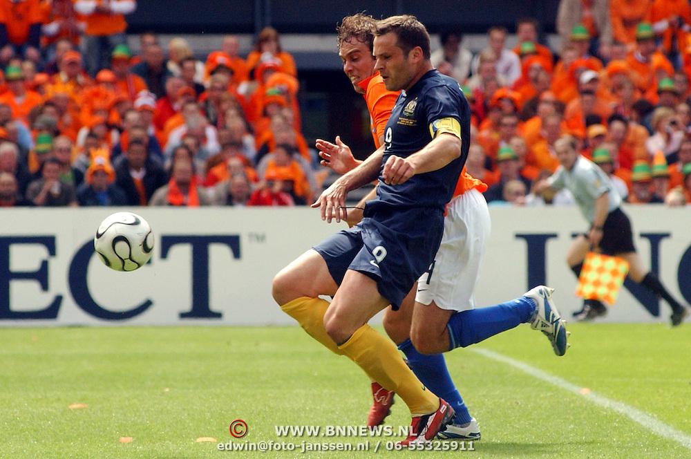NLD/Rotterdam/20060604 - Vriendschappelijke wedstrijd Nederland - Australie, Joris Mathijsen (4) in duel met Mark Visuka (9)