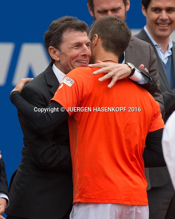 BTV Praesident Helmut Schmidbauer gratuliert dem Sieger Philipp Kohlschreiber (GER), Endspiel, Final,Siegerehrung<br /> <br /> Tennis - BMW Open2016 -  ATP  -  MTTC Iphitos - Munich - Bavaria - Germany  - 1 May 2016.