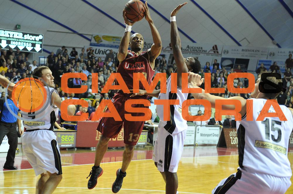 DESCRIZIONE : Venezia Lega Basket A2 2010-11 Umana Reyer Venezia Naturhouse Ferrara<br /> GIOCATORE : Alvin Young<br /> SQUADRA : Umana Reyer Venezia Naturhouse Ferrara <br /> EVENTO : Campionato Lega A2 2010-2011<br /> GARA : Umana Reyer Venezia Naturhouse Ferrara<br /> DATA : 31/01/2011<br /> CATEGORIA : Tiro<br /> SPORT : Pallacanestro <br /> AUTORE : Agenzia Ciamillo-Castoria/M.Gregolin<br /> Galleria : Lega Basket A2 2010-2011<br /> Fotonotizia : Venezia Lega A2 2010-11 Umana Reyer Venezia Naturhouse Ferrara<br /> Predefinita :