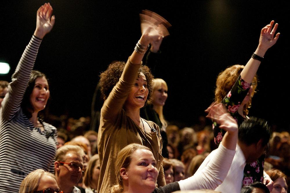 Vrouwen zwaaien naar de cast van As The World Turns. Fans van de Amerikaanse soap As The World Turns ontmoeten in het muziektheater Vredenburg in Utrecht zes van de spelers. Tijdens de show vertellen de acteurs over hun leven en krijgen de bezoekers de kans om vragen te stellen en een aantal fans winnen door een quiz een meet and greet. De soapserie is in Amerika vorig jaar gestopt.<br /> <br /> Women are waving at six of the actors of As The World Turns. Fans are meeting the crew at a the Vredenburg Theater in Utrecht, where the actor will answer their questions and having a quiz.