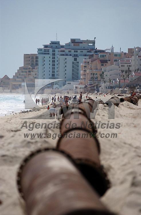 Cancun, Q. Roo.- Turistas caminan a un costado de los trabajos de dragado en playa delfines del centro turistico de cancun en el estado de Quintana Roo; zona afectada tras el paso del huracan Wilma. (foto de archivo tomada el 8 de febrero 2006). Agencia MVT / Luis Miguel Barrera. (DIGITAL)<br /> <br /> NO ARCHIVAR - NO ARCHIVE