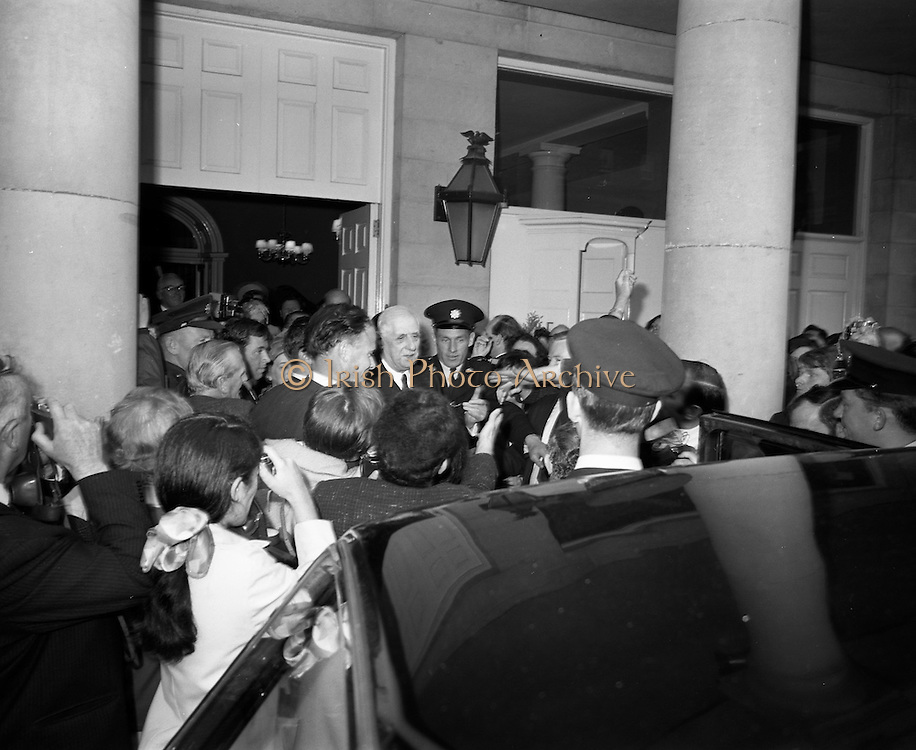 19/06/1969<br /> 06/19/1969<br /> 19 June 1969<br /> General Charles de Gaulle leaves Dublin Castle, surrounded by photographers and journalists, for Dublin Airport after having had lunch with Taoiseach Jack Lynch.